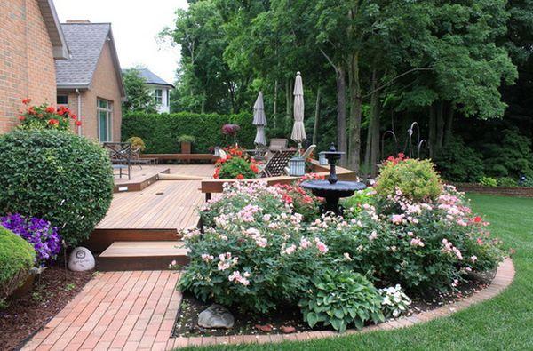 Des parterres de fleurs en terrasse