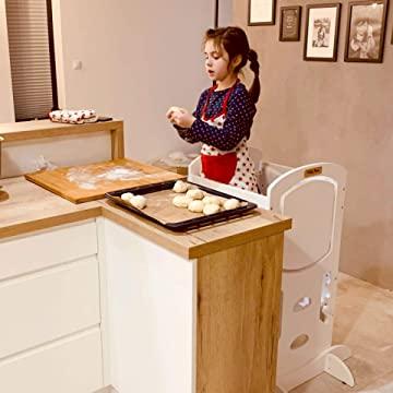 fillete sur un escabeau Montessori